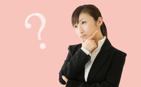 介護士について考える女性