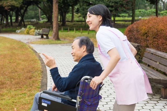 車いすをひく介護福祉士