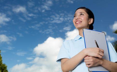 空を見上げる介護福祉士