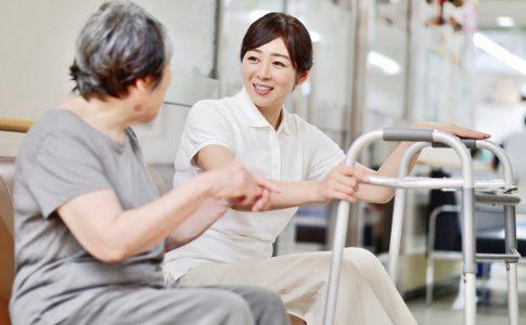 歩行器と扱う介護士