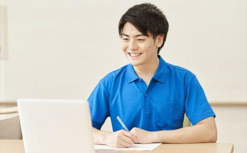 勉強する介護士